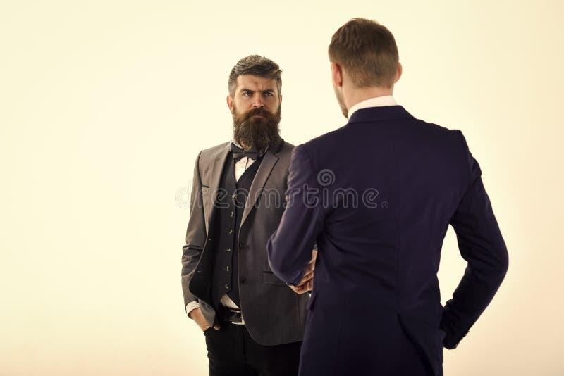Hombres en trajes clásicos, hombres de negocios, socios comerciales que se encuentran, fondo blanco, aislado Hombres de negocios  fotos de archivo libres de regalías