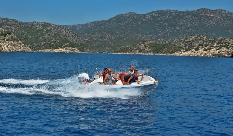 Hombres en un barco de motor en el mar, Turquía foto de archivo