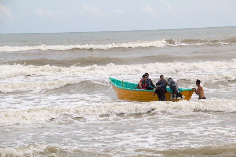 Hombres en un barco en el mar imagen de archivo libre de regalías