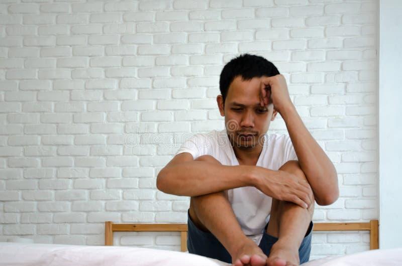 Hombres enfermos con dolores de cabeza imagen de archivo