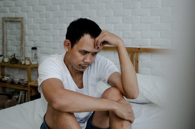 Hombres enfermos con dolores de cabeza imagenes de archivo