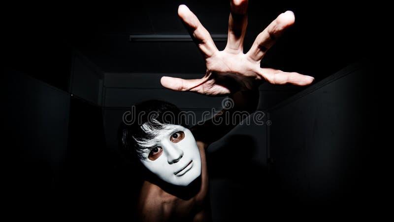 Hombres enmascarados en oscuridad foto de archivo libre de regalías