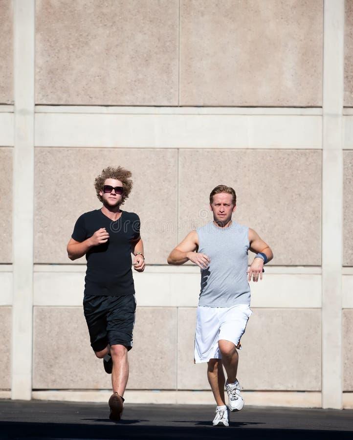 Hombres hermosos que se ejecutan para el ejercicio. fotografía de archivo libre de regalías