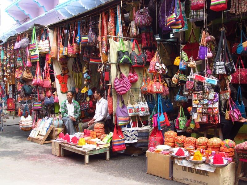 Hombres hindúes en mercado callejero indio imagen de archivo libre de regalías