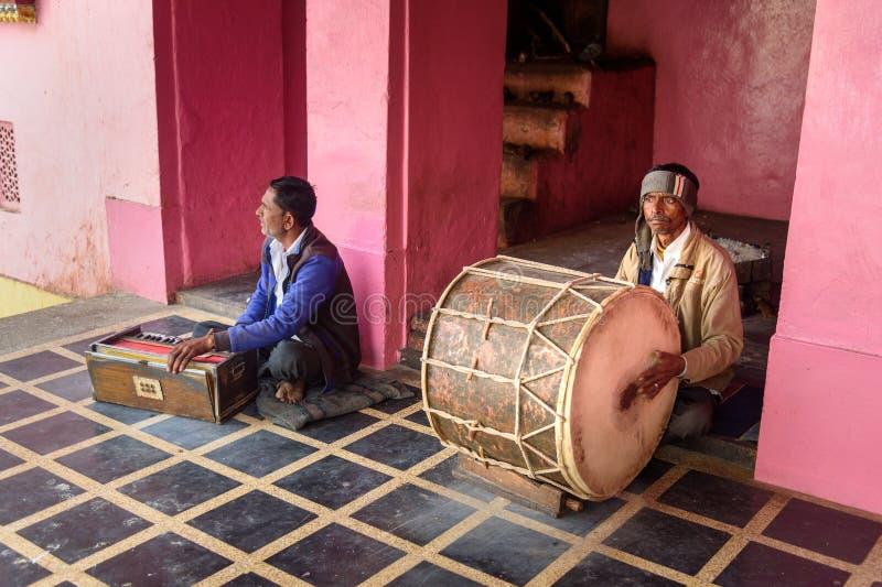 Hombres indios que juegan el tambor y el armonio en Karni Mata Temple o templo de las ratas en Deshnok Rajasth?n La India fotografía de archivo