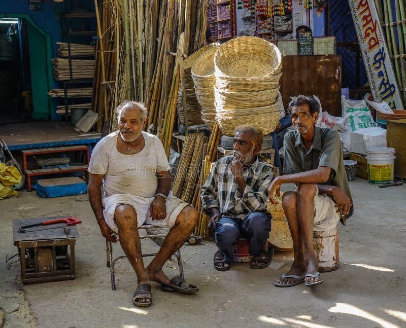 Hombres indios que se sientan en la calle en Jodhpur, la India imágenes de archivo libres de regalías