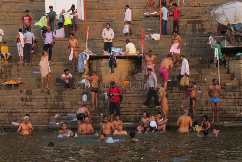 Hombres jovenes que nadan en el río del Ganges como tradición religiosa imagen de archivo