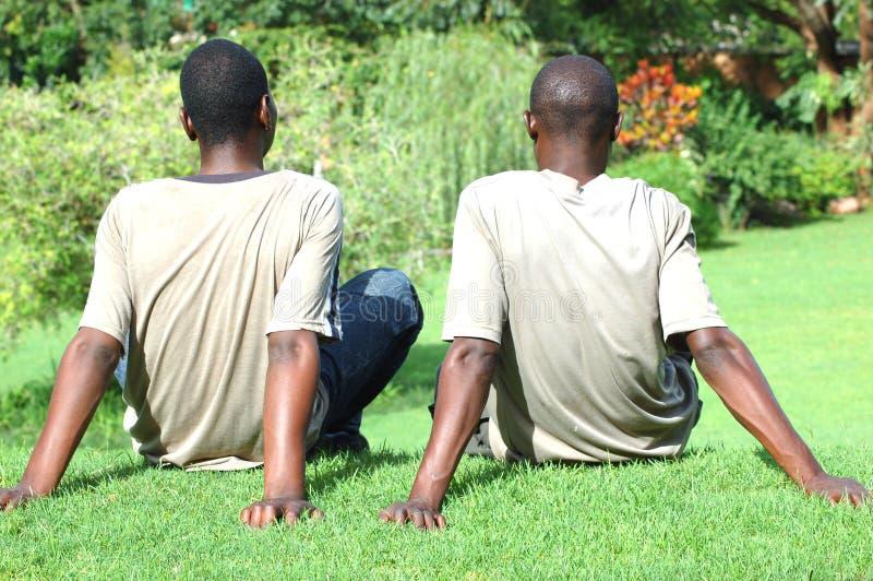 Hombres jovenes que se relajan foto de archivo libre de regalías
