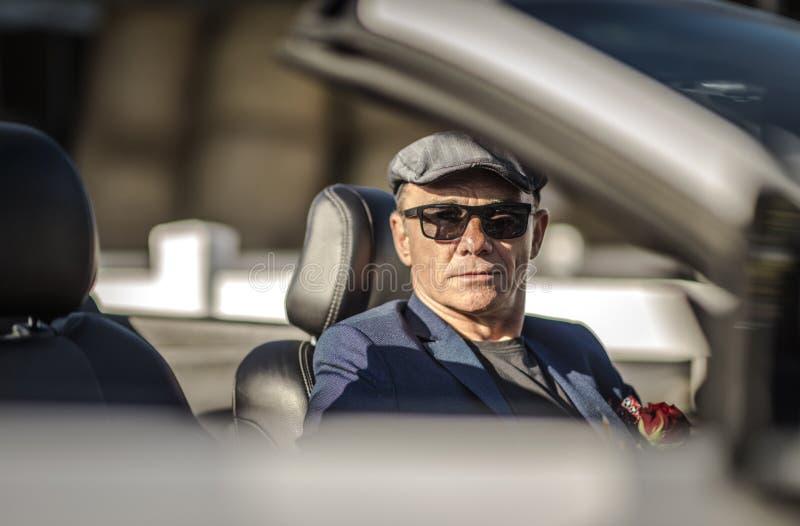 Hombres jubilados en un cabriolé foto de archivo