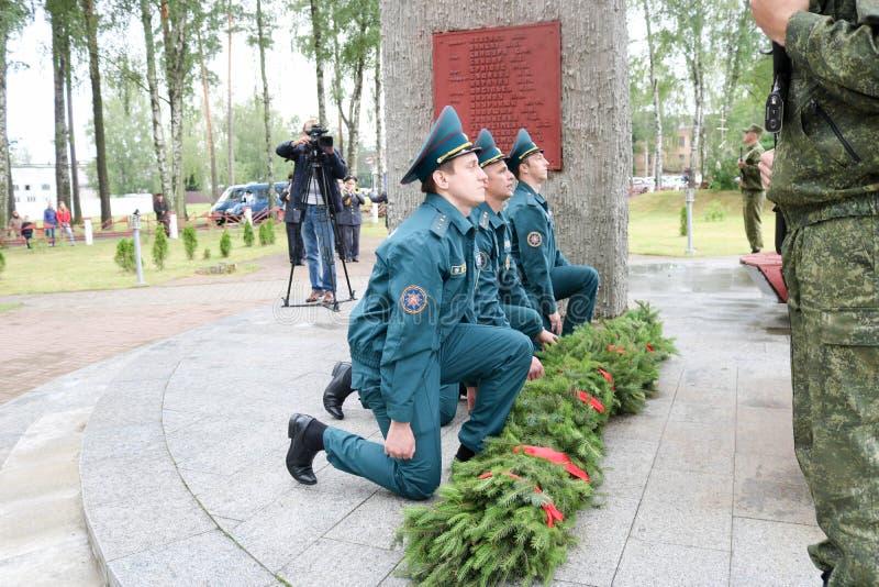 Hombres militares y veterano de abuelo del viejo hombre de la Segunda Guerra Mundial en el día de las medallas de victoria Moscú, fotografía de archivo libre de regalías