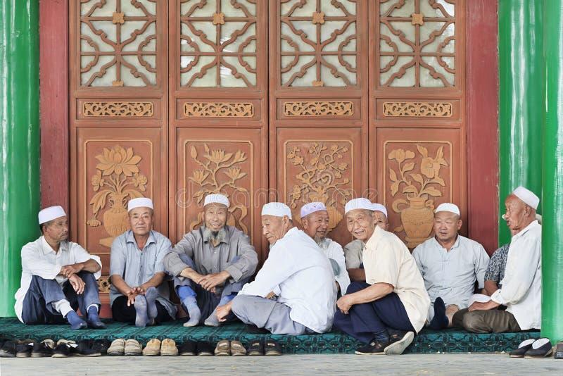 Hombres musulmanes de la minoría de Hui delante de una mezquita, Yinchuan, China imágenes de archivo libres de regalías