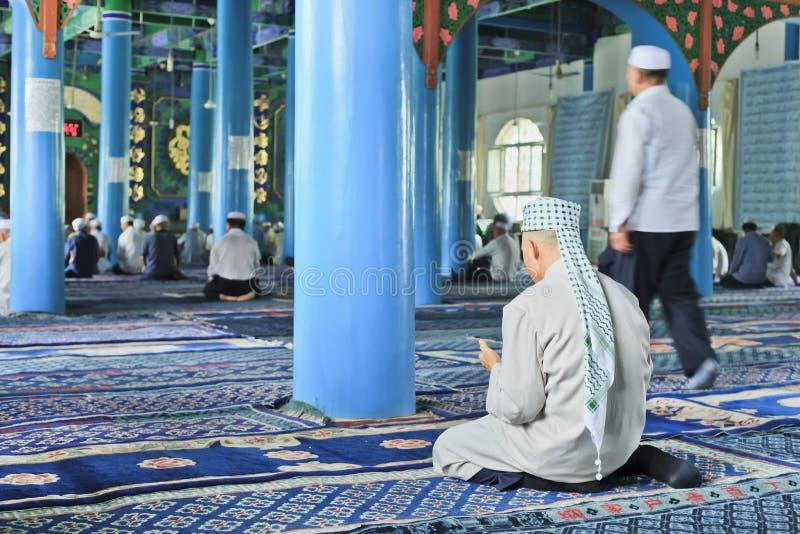 Hombres musulmanes de la minoría de Hui dentro de una mezquita, Yinchuan, China fotografía de archivo