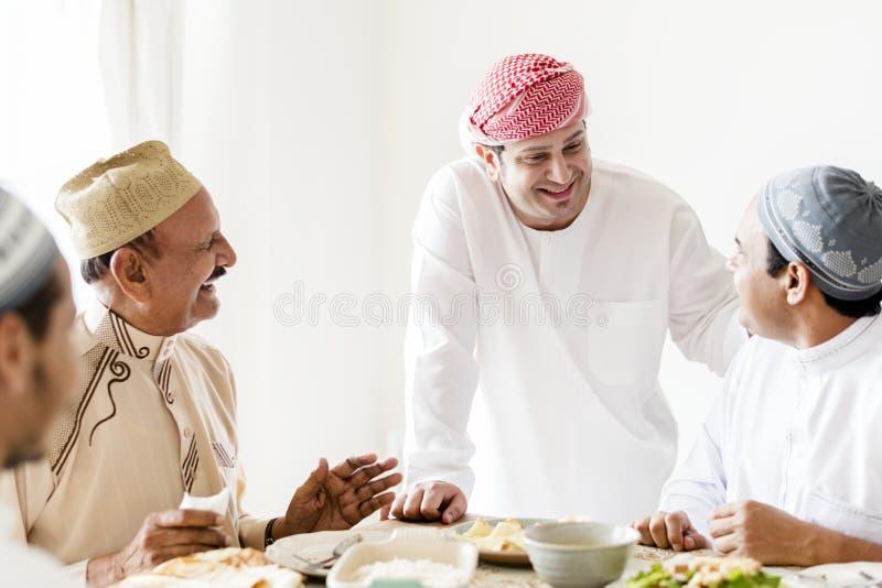 Hombres musulmanes que celebran la conclusión del Ramadán foto de archivo libre de regalías