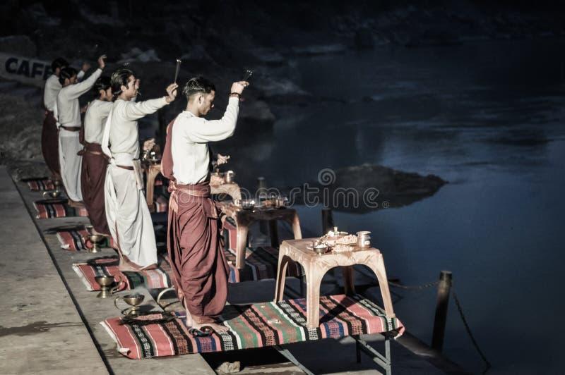 Hombres por el río en Uttarkhand imagen de archivo