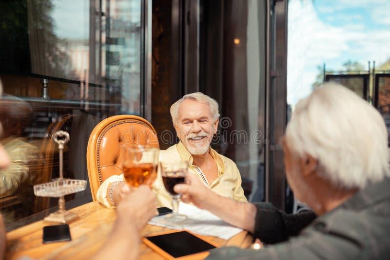 Hombres que celebran su retiro mientras que bebe el alcohol foto de archivo
