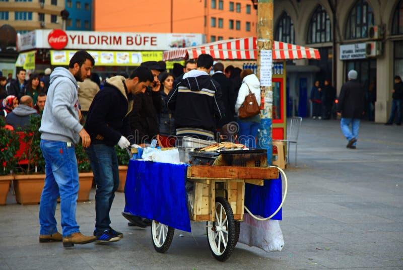 Hombres que cocinan y que venden una comida de la calle en Estambul imagen de archivo libre de regalías