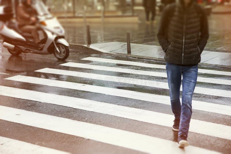 Hombres que cruzan la calle foto de archivo libre de regalías