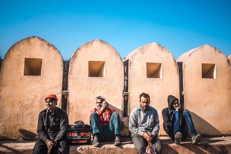 Hombres que descansan cerca de Amber Fort fotos de archivo libres de regalías