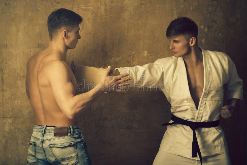 Hombres que entrenan a karate foto de archivo