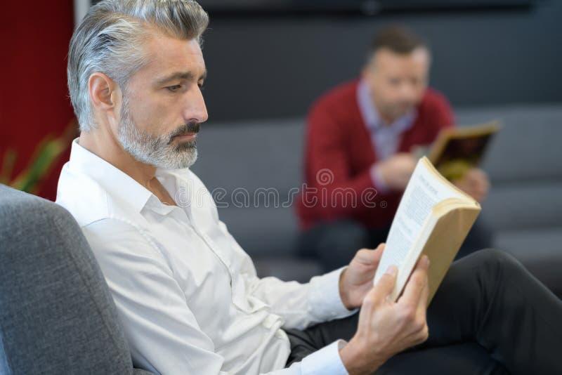 Hombres que estudian la escritura para la audición fotografía de archivo libre de regalías