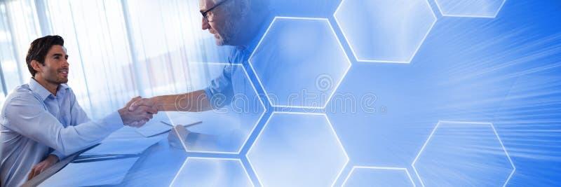 Hombres que firman el acuerdo de papel con la transición del interfaz del hexágono imagenes de archivo