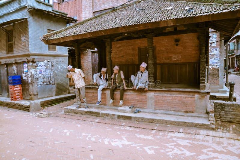 Hombres que hablan en Nepal imagen de archivo