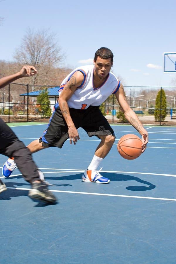 Hombres que juegan al baloncesto uno en uno foto de archivo libre de regalías