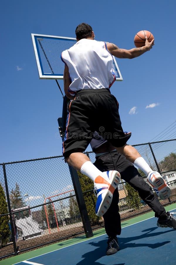 Hombres que juegan a baloncesto imagen de archivo libre de regalías
