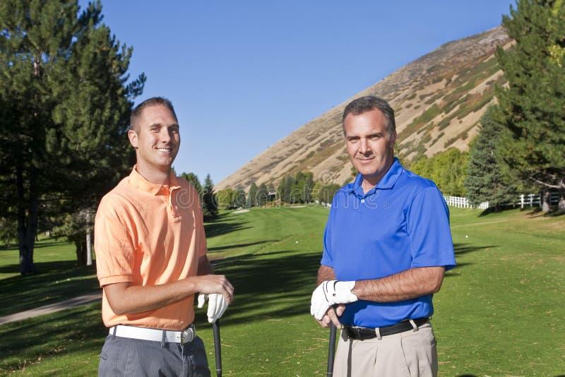 Hombres que juegan a golf foto de archivo libre de regalías