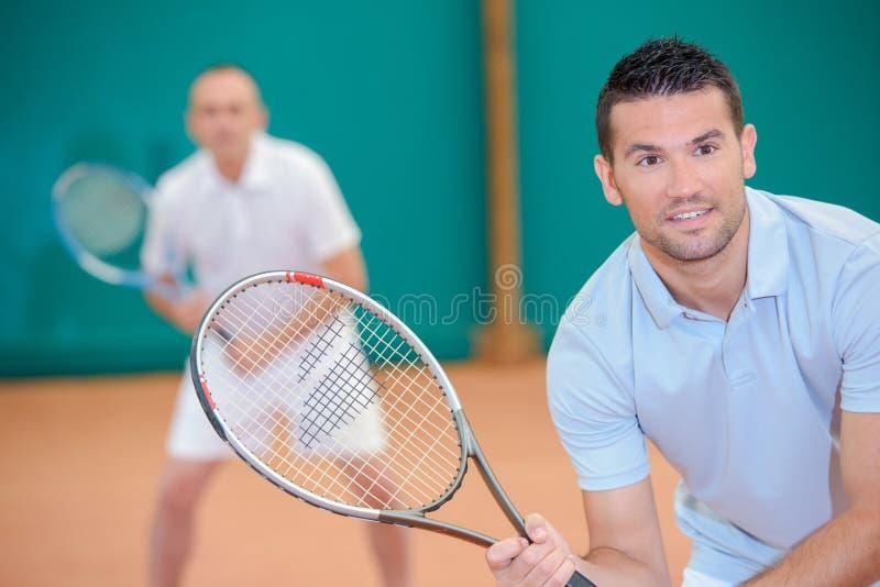 Hombres que juegan a tenis de los dobles foto de archivo libre de regalías