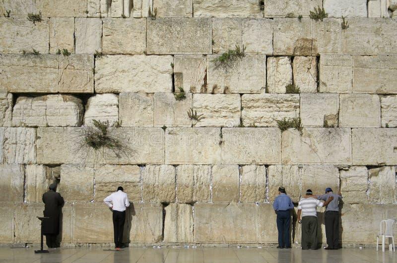 Hombres que ruegan por la pared que se lamenta fotos de archivo