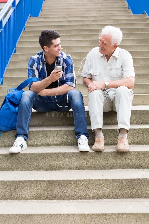 Hombres que se sientan en las escaleras foto de archivo libre de regalías