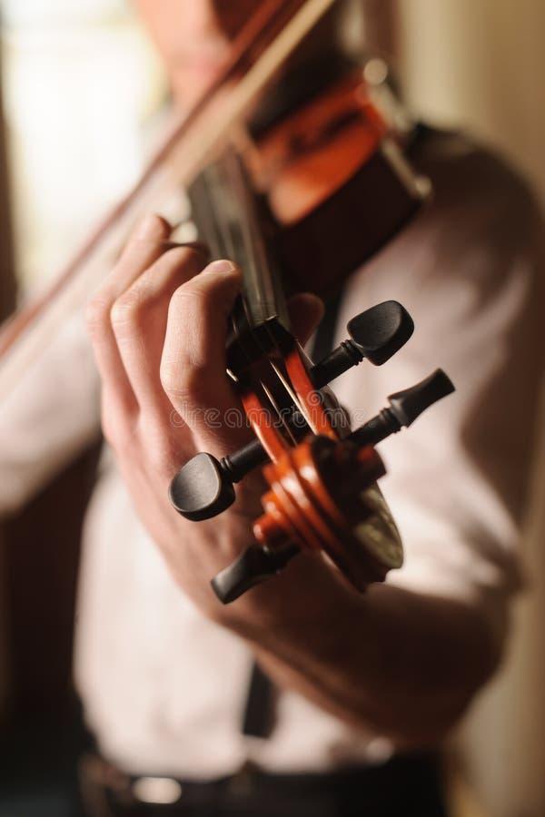 Hombres que tocan el violín imágenes de archivo libres de regalías