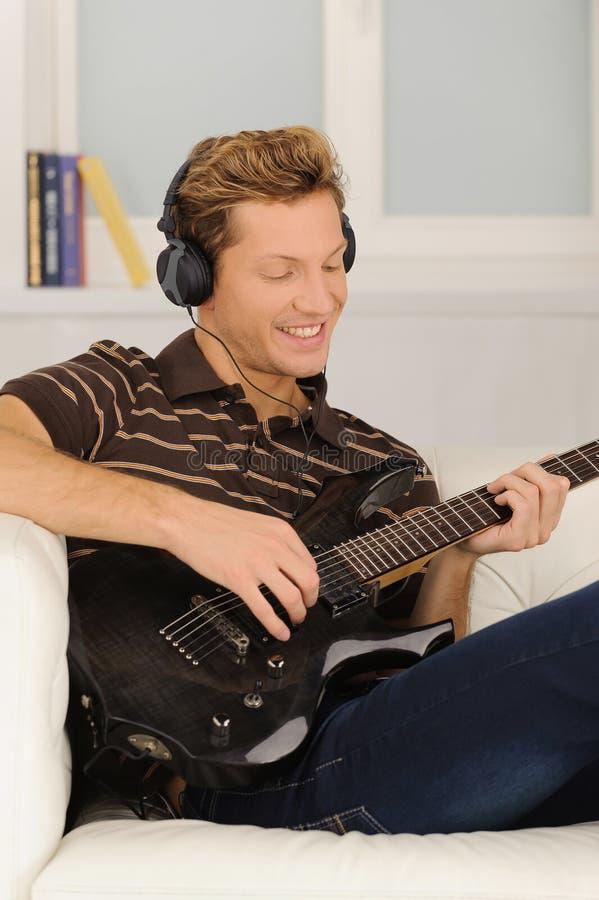 Hombres que tocan la guitarra. foto de archivo libre de regalías