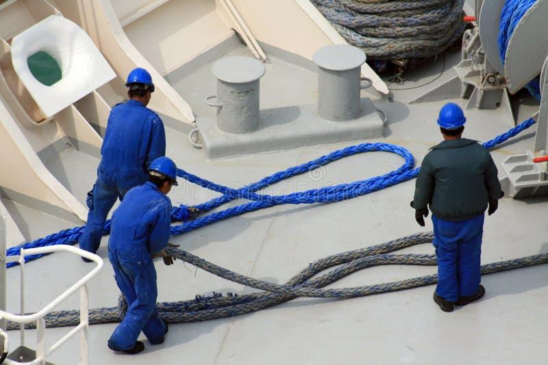 Hombres que trabajan en la nave foto de archivo