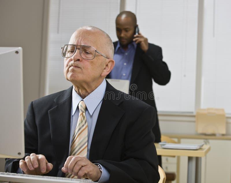 Hombres que trabajan en oficina imagenes de archivo
