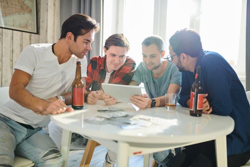 Hombres que usan la PC de la tableta fotos de archivo libres de regalías