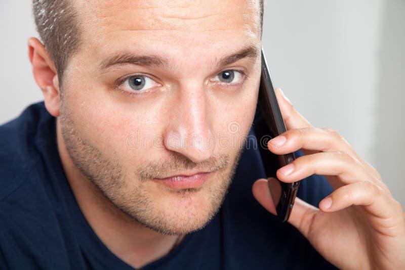 Hombres que usan un teléfono elegante foto de archivo libre de regalías