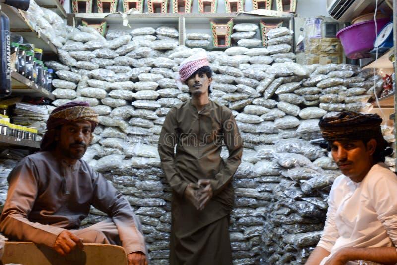 Hombres que venden fragancias en Omán fotos de archivo libres de regalías