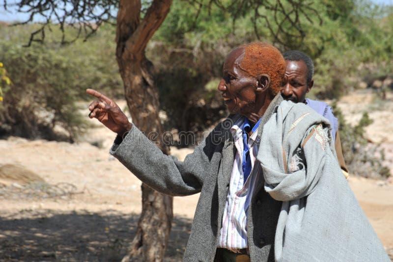 Hombres somalíes en el complejo de cuevas fotografía de archivo