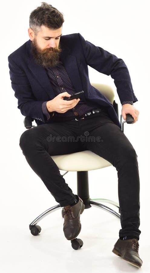 Hombres u hombres de negocios serios usando móvil o el teléfono celular fotografía de archivo libre de regalías