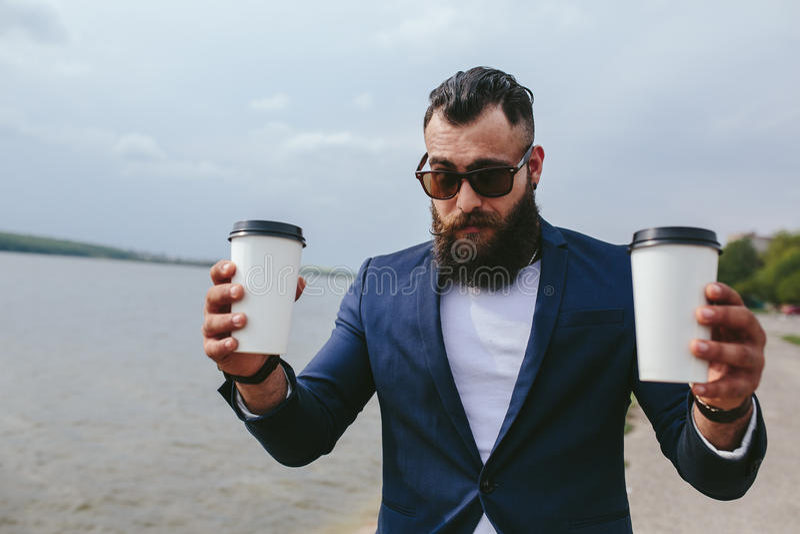 Hombres y café en la playa imagenes de archivo