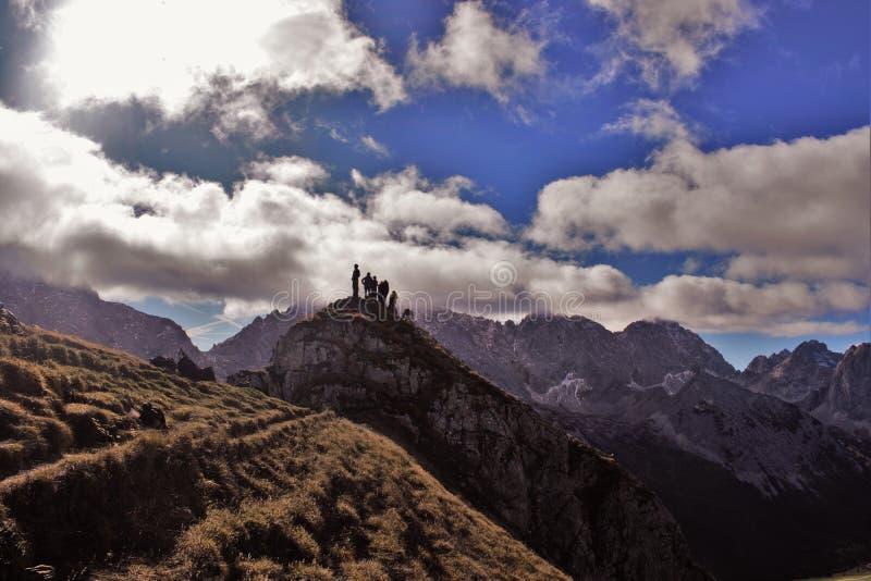 Hombres y montañas fotografía de archivo