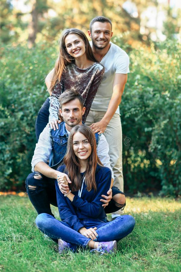 Hombres y mujeres en la naturaleza Sonrisa feliz de cuatro amigos imagenes de archivo