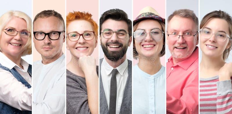 Hombres y mujeres en vidrios que sonríen teniendo buen humor imagenes de archivo