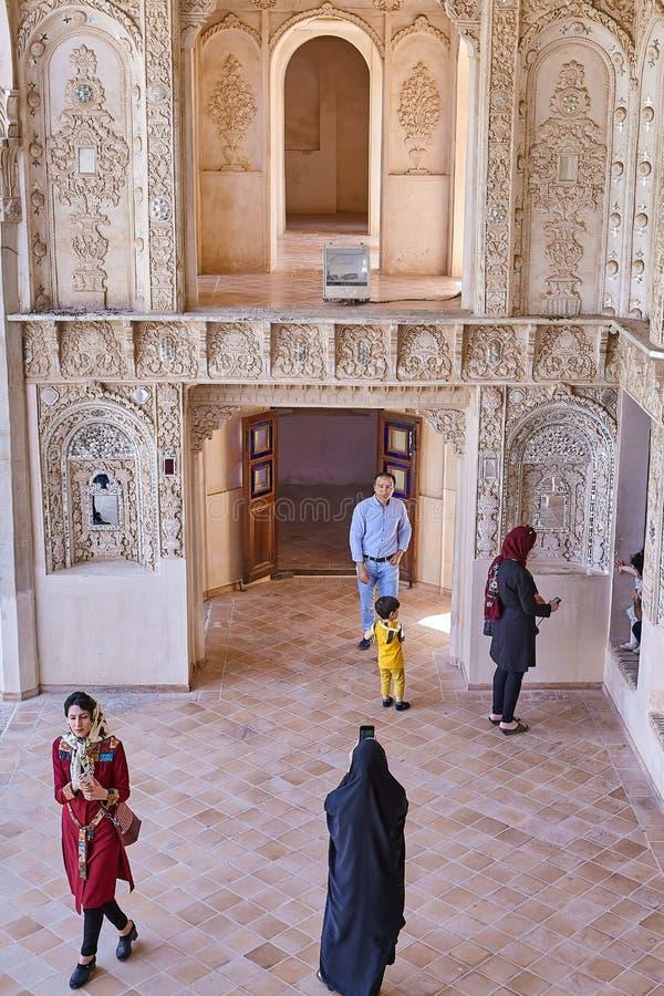 Hombres y mujeres iraníes en la casa histórica de Tabatabaei, Kashan, Ir fotografía de archivo libre de regalías