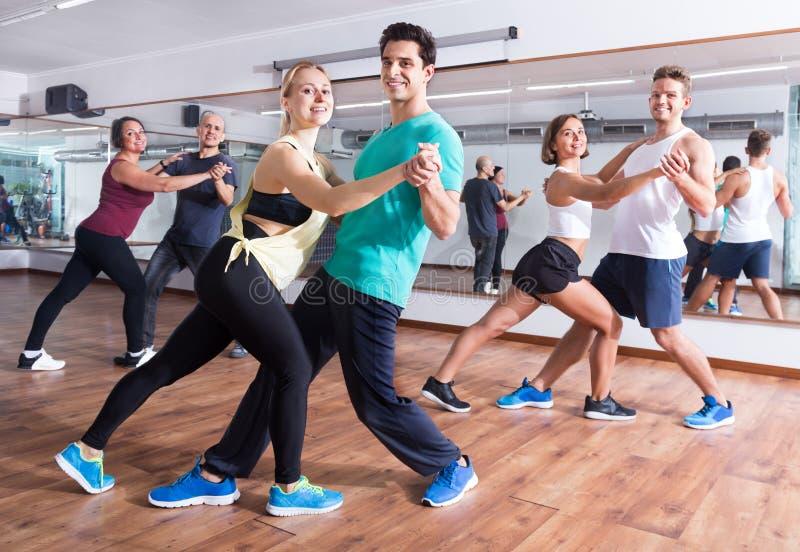 Hombres y mujeres que bailan bachata de la salsa o fotos de archivo
