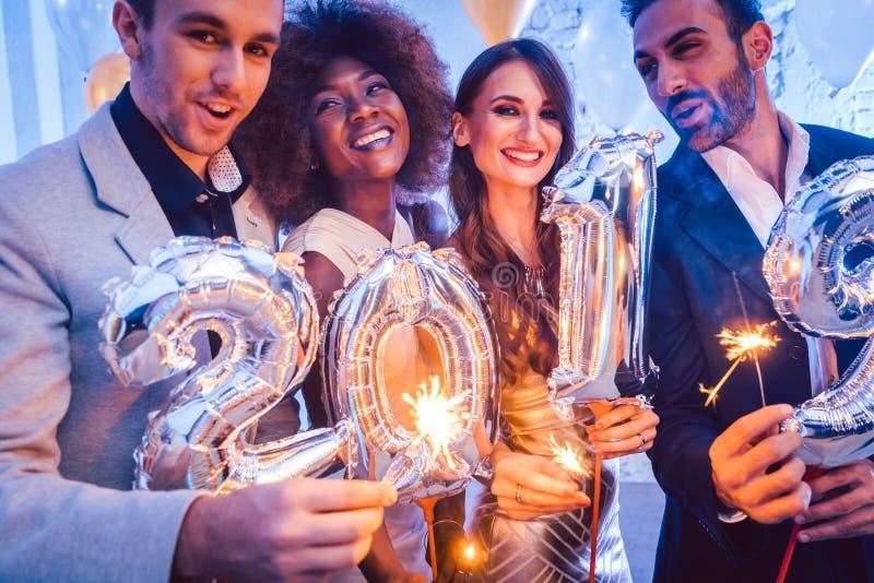 Hombres y mujeres que celebran el Año Nuevo 2019 fotos de archivo libres de regalías