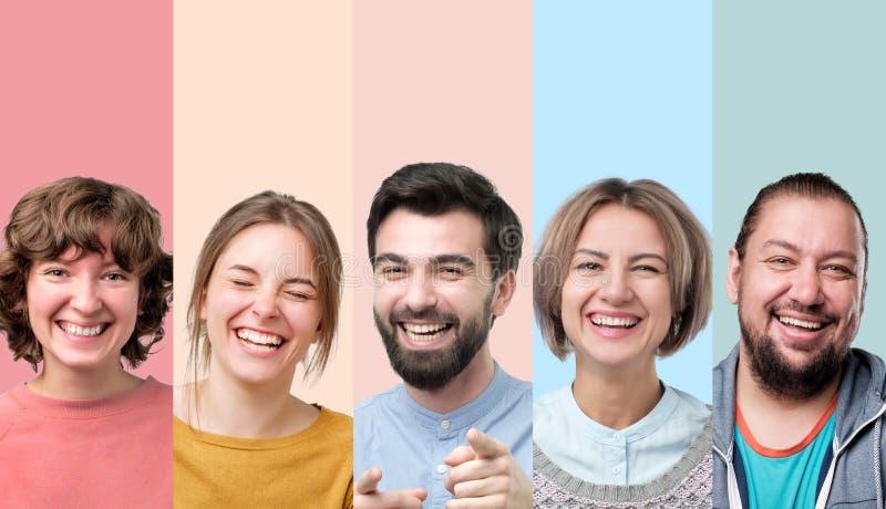 Hombres y mujeres que r?en en la broma que tiene buen humor foto de archivo libre de regalías