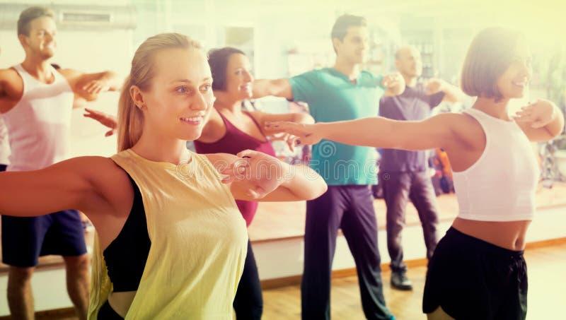 hombres y señoras que bailan zumba imagen de archivo